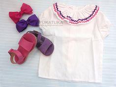 Sandálias, camisa com gola folho, laços cabelo, girl sandals and tunic