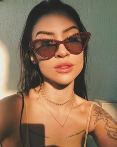 girl girl selfie Poses para selfie: 37 ideias p Photography Bags, Photography Logo Design, Poses For Pictures, Girl Pictures, Tattoo Asian, Aesthetic Photography Grunge, Girl Faces, Selfie Poses, Simple Photo