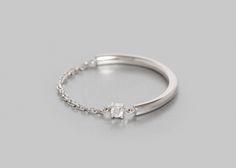 Bague 1 diamant 0,025ct Or blanc 1gr.     O Fée associe un anneau en or blanc à une chaîne délicate, l'ensemble sublimé par un petit diamant pour un modèle des