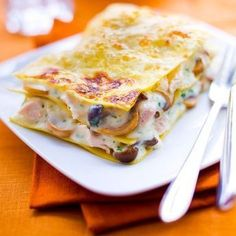 Lasagnes au poulet et aux champignons 12 feuilles de pâte à lasagne sans pré-cuisson • 450 g d'une poêlée de champignons cuisinés • 350 g de blanc de poulet • 1 l de lait • 200 g de gruyère râpé • 50 g de beurre • 5 grosses cuil. à soupe de farine • 2 cuil. à soupe d'huile d'olive • un peu de noix de muscade râpée • sel, poivre