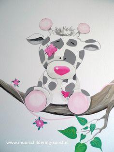 Muurschildering giraffe met roze accenten voor op de babykamer! Kijk op de site voor nog veel meer voorbeelden van dieren muurschilderingen.