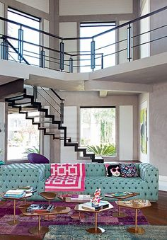 """A cor é a marca da decoração da arquiteta Andrea Murao. Saltam à vista tons vibrantes nos móveis, objetos e tapetes. O ponto de partida foi o sofá esverdeado. """"A paleta ousada só foi permitida porque a base era neutra"""", explica a profissional"""