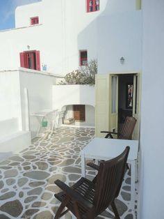 Casa a Folegandros, Grecia. Questa è la casa dove di solito vivo metà dell'anno. Quest'anno non sarò a Folegandros per l'estate e ho deciso di condividerla con altri viaggiatori Airbnb. La casa è situata in alto, con vista sulla Panagia, 5 minuti a piedi da Chora.  La casa s...