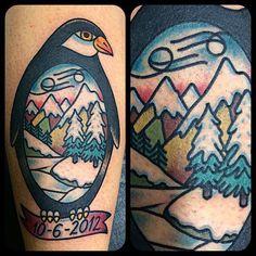 Tattoo by Gonzalo MM en @lastportleon gracias Cristina #tattoo #tattoooftheday #traditionaltattoo #traditionaltattoospain #thebestspaintattooartist #brightandbold #classictattoo #ink #ink_masters #instatattoo #pingüino #penguin @gonzalolastport #leonesp