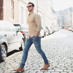 128 seductive perfumes to help you attract girls – page 24 Blue Jeans Outfit Men, Blue Jean Outfits, Stylish Men, Men Casual, Casual Outfits, Work Outfits, Chelsea Boots Outfit, Beige Shirt, Mode Simple
