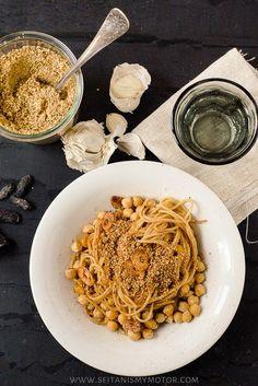 Spaghetti mit Kichererbsen, Mandelparmesan und Tonkabohne