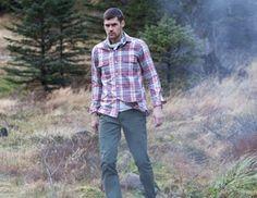 Ένα πρακτικό πουκάμισο σε χοντρή ύφανση από ιταλικό βαμβάκι που φοριέται  πάνω από t-shirt c4af4d603e5