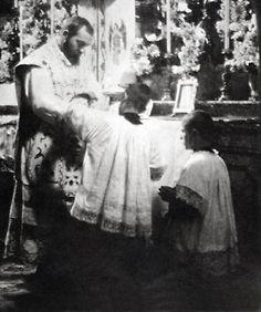 Padre Pio trentenne si prepara a celebrare la Santa Messa