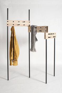 Grundwieboden Design ontwerpt een kapstok die ingeklapt tegen een muur kan leunen maar ook uitgeklapt opzichzelf kan staan.