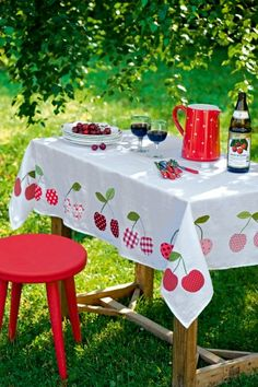 A cherry filled summer picnic - so sweetly lovely! Sewing Crafts, Sewing Projects, Diy Crafts, Cherries Jubilee, Cherry Kitchen, Red Cottage, Vintage Tablecloths, Tablecloth Diy, Company Picnic