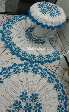 Best 12 Absolutely stunning round carpet in), doily rug, mint color carpet Shabby chic, rug for the livi Tapete Doily, Doily Rug, Crochet Doilies, Crochet Stitches, Crochet Home, Free Crochet, Knit Crochet, Diy Crafts Knitting, Crochet Projects