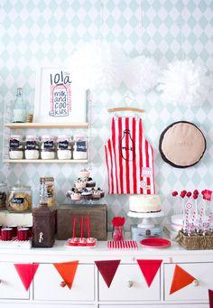 Nos encanta la decoración escogida por Bea para el cumple del primer añito de Lola! Fiesta Milk and Cookies