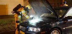 Auto vliegt vlak bij Deventer brandweerkazerne rijdend in brand