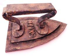 plancha antigua carton y tempera Antique Iron, Vintage Iron, Vintage Laundry, Iron Board, Flat Iron, Wooden Handles, Ironing Boards, Origami, Antiquities