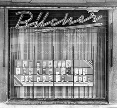 Schaufenster eines Bücherladens in Rostock-Warnemünde im April 1989 DDR