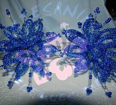 Par de tapa orejas azules confeccionados con perlas tornasol y cristales de vidrio, pieza unica, comfeccionados por mi persona. Mariam Herrera