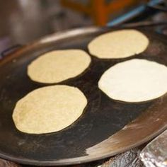 A chapati is a type of unleavened bread originally part of the Indian cuisine. One of many unleavened flatbreads like phulka and paratha, chapati can be made from wheat or all-purpose flour and is traditionally cooked on a griddle or an open flame. Quesadillas, Mexican Dishes, Mexican Food Recipes, Gorditas Recipe Mexican, Ethnic Recipes, Guacamole, Chile Poblano, Beef Fajitas, Comida Latina