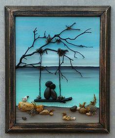 LIVRAISON GRATUITE Cette pièce sera faite sur commande. Remarque: Si vous préférez une boîte d'ombre en verre, s'il vous plaît m'envoyer un message avant de passer votre commande. Un petit couple galet dans l'amour assis sur une balançoire donnant sur l'océan. Matériaux utilisés sont des plantes du désert (plantes du même désert peuvent être utilisés pour les scènes de plage), des cailloux, roches, mousse séchée. Le fond est peint à l'acrylique à la main. Le cadre est «ouvert» et mesur...