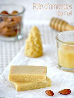 Pâte d'amandes fait-maison, parfumée au miel. Très simple et rapide à préparer ! Avec seulement quelques ingrédients : amandes, miel, eau de fleur d'oranger et extrait d'amande amère