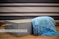 """Lindo caixote em madeira MDF, pintada em pátina provençal, com puxadores de corda de sisal. Produto muito bem feito e seguro.  Este é um """"Must Have"""" para fotógrafos de recém-nascidos. Medidas: 45cm compr. x 30cm largura x 12,5cm altura Cor: Azul R$ 110,00"""