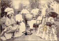 Suriname begin 1900. Samuel da Silva zit als enige ´man` tussen allemaal vrouwen. Da Silva Blogspot familiesite. Klik foto om blog te lezen en meer foto´s te bekijken.
