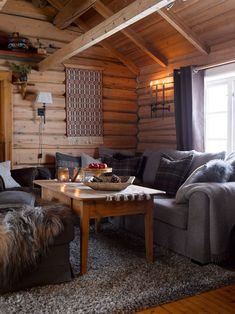 WELCOME: The nostalgic timber walls have been preserved in the old part, which probably dates from the century. They help to give the cabin a very special and personal touch. The sofa is from Bohus. PHOTO: Per Erik Jæger New Living Room, Home And Living, Living Room Decor, Cabin Homes, Log Homes, Log Home Interiors, Decor Scandinavian, House Design, House Ideas