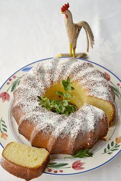 Pyszna, miękka i wilgotna babka wielkanocna. Ma piękny zapach i lekko karmelowy smak. Wspaniała, wręcz uzależniająca :) Łatwa do zrobienia. Konieczna do upieczenia na Wielkanoc :) Polish Desserts, Polish Recipes, Easter Recipes, Holiday Recipes, Romanian Food, Different Cakes, Pumpkin Cheesecake, Piece Of Cakes, Coffee Cake