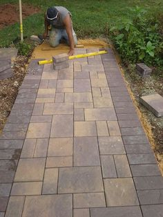 Transform your garden into a fairy land by adding a little door to one of your trees and a small pathway leading to it. Mix stones with and green moss for a complex design. Front Yard Walkway, Outdoor Walkway, Paver Walkway, Front Yard Landscaping, Backyard Patio, Paving Stone Patio, Paving Stones, Driveway Design, Patio Design