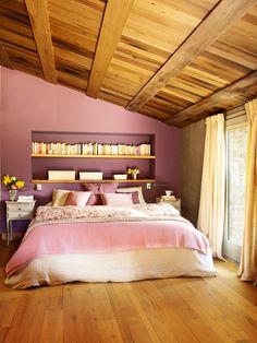 Dormitorio rústico abuhardillado con pared pintada en morado y hornacina (360235)