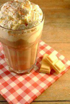 Ik ben gek op ijskoffie en vooral op de 'Mocha Frappuccino' van de Starbucks. Daarom een leuke en lekkere en vooral simpele variant op de frappuccino van de Starbucks. Tijd: 5 min. + enkele uren in de koelkast Recept voor 2 frappuccino's Benodigdheden: 250 ml espresso 250 ml volle melk 2 schepjes suiker eventueel ijsblokjes/slagroom/chocoladesiroop/geraspte...Lees Meer » Frappuccino, Fruit Drinks, Smoothie Drinks, Healthy Smoothies, Cold Drinks, Cafe Creme, Frozen Coffee, Good Food, Yummy Food