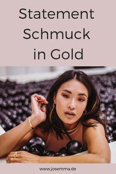 Ob eine lange Kette oder große Ohrringe. Statementschmuck kann dein Outfit ganz toll aufwerten und ein Highlight setzen. Gold kannst du zB im Herbst ganz toll zu den Erdtönen kombinieren, aber auch im Sommer zu bunten, luftigen Kleidern. • www.josemma.de Josemma, Goldschmuck, Gold, Schmuck, Schmuck in Gold, Statementkette, Statementschmuck, Creolen, Halsreifen, Choker, Armreife #schmuck #gold #halskette #kette #ohrringe Mode Blog, Business Look, Statements, Girl Boss, About Me Blog, Shopping, Porto, Big Earrings, Bangle