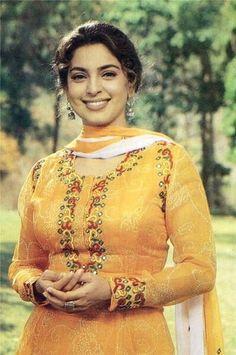 Juhi Chawla, Hindi Actress, Vintage Bollywood, Beautiful Bollywood Actress, Embroidery Fashion, Bollywood Stars, India Beauty, Timeless Beauty, Sari
