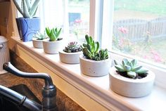 DIY concrete planters... Like bleach and spray paint, concrete is one of those things that I shouldn't ever play with... but this does look easy...