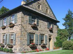 Old fieldstone house-Strasburg, Pennsylvania. Old fieldstone house Strasburg, Pennsylvania. Old fieldstone house - Old Stone Houses, Old Houses, Stone House Revival, Stone Farms, New England Farmhouse, House On The Rock, Cottage Homes, Historic Homes, Exterior Design