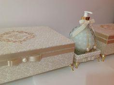 Lindas caixas toalete,toda forrada com tecido arabesco na cor bege,pezinho de metal na cor dourado...um luxo para embelezar seu evento e depois usar como porta joias.  OBS= CAIXA VAZIA, NÃO ACOMPANHA PARTE PAPELARIA.  Caixa maior, medidas 34x24x8,5 (cm) + Pezinhos e a caixa menor, medidas 24x16x8...