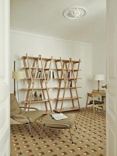 Colore a Barcellona. Ton-sur-ton di colori tra pavimenti e arredi nello studio-biblioteca. Perfetta per la lettura la poltrona con il poggiapiedi 'Maggiolina' di Zanotta, accanto al tavolino da appoggio 'Brice' di Minotti. Allo scrittoio 'Luxor' di Cappellini è abbinata la sedia 'CH33' di Hans J. Wegner per Carl Hansen. Libreria 'Nuvola Rossa' di Cassina. Le lampade da terra e da tavolo sono i modelli 'TMM' e 'FAD' di Santa & Cole.