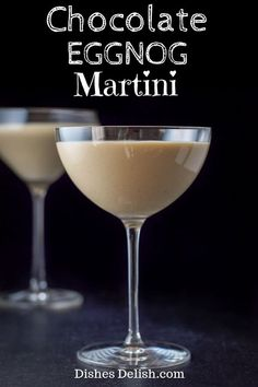 This chocolate eggnog martini is a lovely mixture of Kahlúa, vanilla vodka and eggnog. It's smooth and delicious and perfect during the holiday season. via Dishes Delish drinks recipes Eggnog Martini, Eggnog Cocktail, Eggnog Drinks, Cocktail Drinks, Alcoholic Drinks, Martinis, Kahlua Drinks, Bar Drinks, Alcohol Drink Recipes