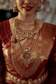 Karishma and Shravan -A beautiful wedding in the backwaters of Kerala Bridal Sarees South Indian, South Indian Bridal Jewellery, Indian Bridal Outfits, Indian Bridal Fashion, Indian Jewelry, Saree Jewellery, Gold Jewellery, Pattu Sarees Wedding, Kerala Wedding Saree