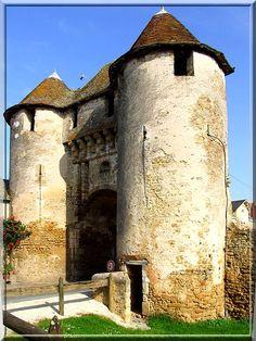 La commune de Levroux dans l'Indre fut, à l'époque médiévale, une imposante cité fortifiée. De son passé défensif, la commune n'a gardé qu'une seule porte fortifiée, mais ce vestige est puissant, puissant, puissant......