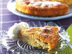 En jättegod, saftig och enkel äppelkaka, med okonstlad smak av mandel och äpple. Rebecka tycker att den blir extra god med svenska smakrika äpplen. Kakan håller sig fint ett par dagar.