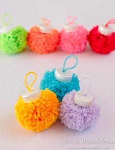 Easy Yarn Crafts, Yarn Crafts For Kids, Pom Pom Crafts, Christmas Crafts For Kids, Diy For Kids, Diy Crafts, Pink Christmas Ornaments, Christmas Mason Jars, Christmas Deco