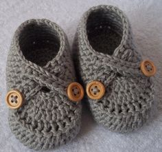 Crochet baby shoes  for NB,0-3 or 3-6 M with straps and natural wooden double buttons,choose your size and colour