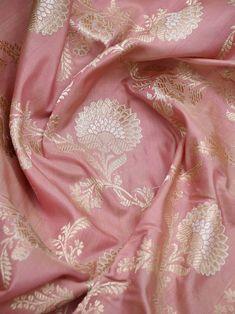 Pink Saree Silk, Crepe Silk Sarees, Silk Saree Kanchipuram, Trendy Sarees, Stylish Sarees, Designer Sarees Wedding, Saree Wedding, Floral Print Sarees, Traditional Silk Saree