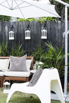 Is your backyard weekend-ready? We love going casual for a backyard bash but, there's nothing wrong with adding a little style and sophistication. Mixed with wood and lush greenery, white upholstery and patio furniture like the IKEA PS VÅGÖ chair just scr Ikea Outdoor, Outdoor Spaces, Outdoor Living, Outdoor Decor, Outdoor Food, Ikea Patio Furniture, Diy Garden Furniture, Diy Outdoor Furniture, Furniture Ideas