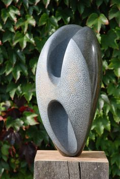 Springstone, zaad (verkocht), 2013 Beeld geschikt voor buiten op massief eikenhouten sokkel afmeting 45×20 cm