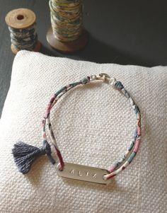 Bracelet plaque argent gravée, fin liberty et pompon. Création ticha.