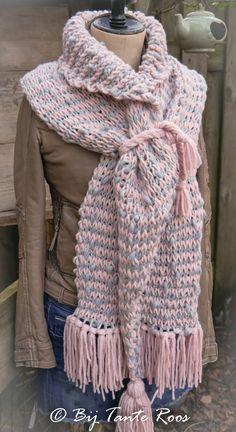 """Leuke sjaal Tunisch gehaakt met de 'knit stitch'. De gebruikte techniek is tunisch haken, een variatie op het reguliere haken. En is echt heel erg gemakkelijk! De """"knit stitch"""" geeft een zachte structuur en geeft het effect van een breisteek. Er is gekozen voor de tunische verwisselbare haaknaald van Tulip in de maat … Tunisian Crochet, Crochet Shawl, Diy Crochet, Crochet Top, Crochet Scarves, How To Look Better, Stitch, Knitting, Dresses"""