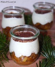 Rezept für ein leckeres Dessert im Glas für Weihnachten: Bratapfel Tiramisu. Ganz einfach und durch die Schichten sieht es super aus!