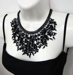Mxi colar confeccionado com miçangas,vidrilhos e cristais tchecos nas cores preto e grafite cor de hematita. <br>Comprimento: (colar aberto) : 38 cm + 7 cm de corrente extensora <br>Largura meio do colar: 10 cm