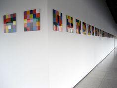 Gerhard Richter, 4900 Farben, Version 1, 2007, emaillekleuren op alu-dibond in de omgang van de tentoonstelling, Foto: Fenna van den Berg